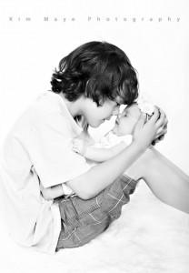 939-brother-holding-baby-אח-מחזיק-תינוקת